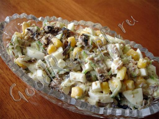 Салат со шпротами и сухариками с