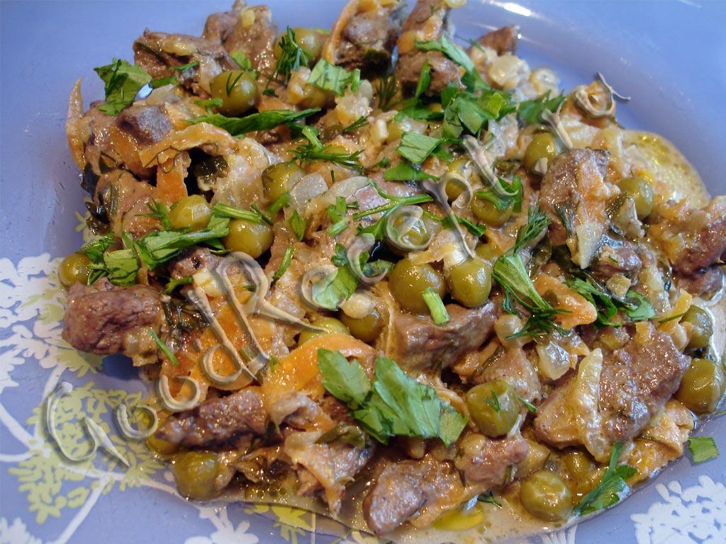 Печеночного салат с солеными огурцами с фото