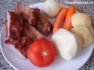 Копченые ребрышки, тушеные с картофелем и морковью