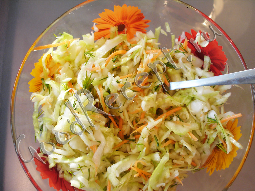 Лук и морковь нарежьте тонкой соломкой и соедините с салатом, заправьте маслом и перемешайте.