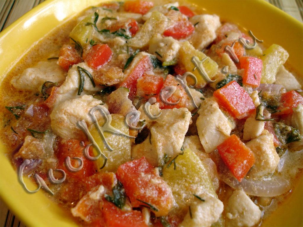 курица с помидорами и болгарским перцем на сковороде