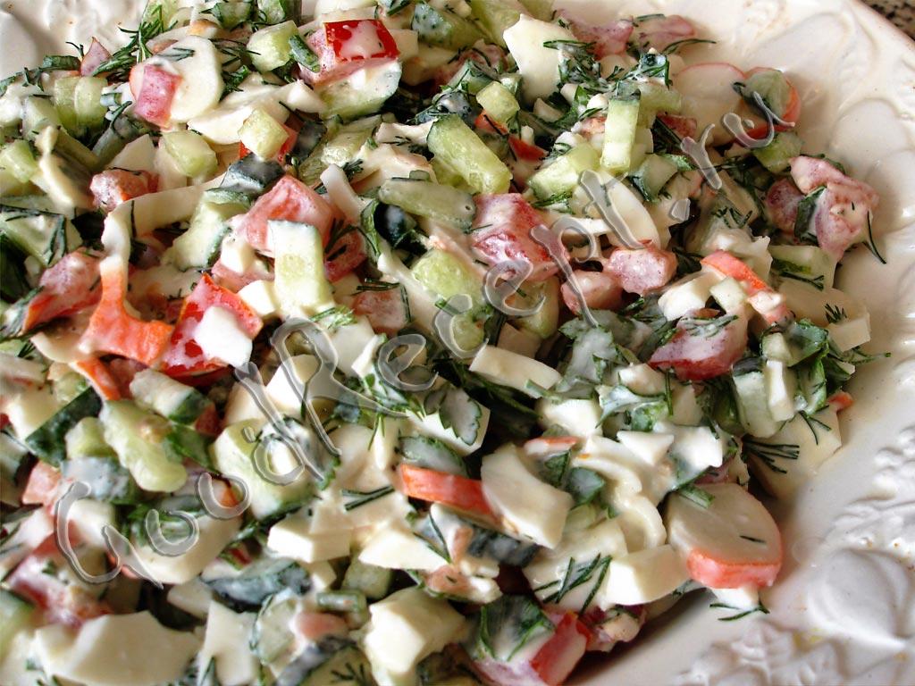 салат из крабовых палочек с огурцом с фото